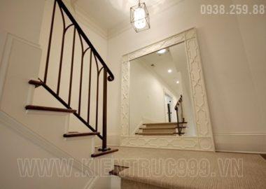 Gương đặt phản xạ hình ảnh cửa và cầu thang. Cái kết không thể ngờ.